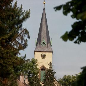 pokoj č. 5 šalamounek - pohled z okna na věž kostela Povýšení sv. Kříže